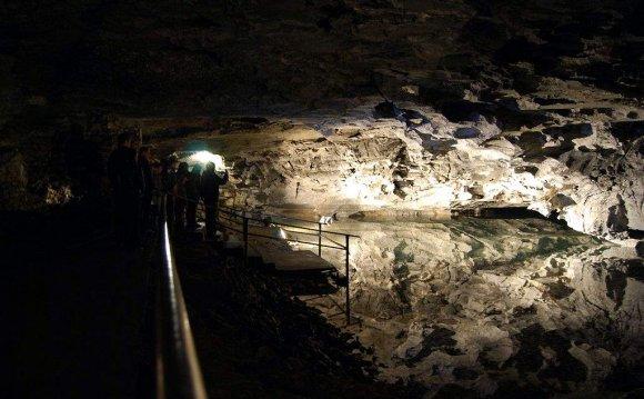 Кунгу́рская ледяна́я пеще́ра