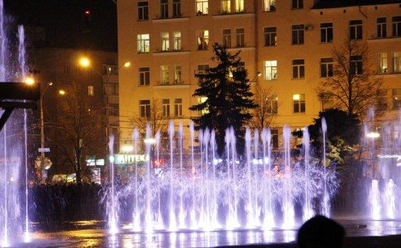 На площади перед «